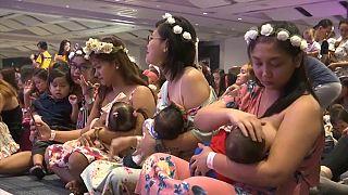 مئات الأمهات يرضعن في آن واحد أطفالهن في مانيلا.