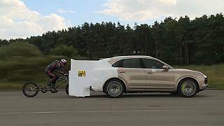 شاهد: بريطاني يحقق رقما قياسيا عالميا للسرعة بدراجته المسحوبة بسيارة