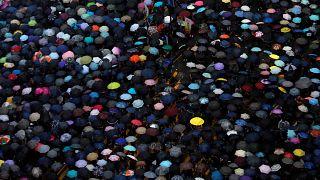 Bei strömendem Regen: Mehr als 1 Million protestieren in Hongkong