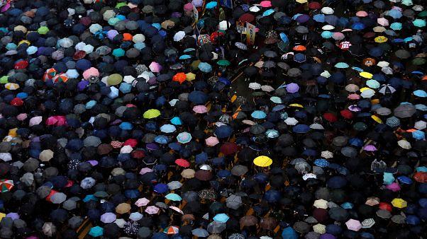 Χονγκ Κονγκ: «Ειρηνική» διαδήλωση δεκάδων χιλιάδων ατόμων