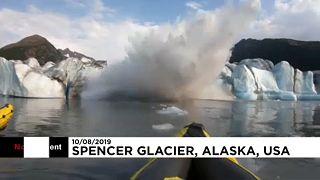 Un glacier donne une peur bleue à deux kayakistes