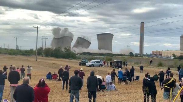Miles de hogares sin luz tras la demolición controlada de una central en el Reino Unido