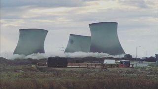 Angleterre : démolition simultanée de trois tours aéroréfrigérantes d'une centrale électrique