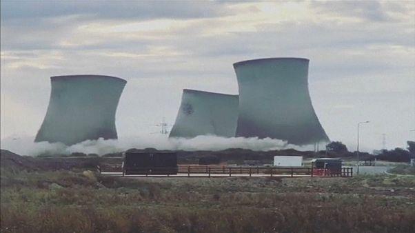 انفجار تماشایی سه برج خنککننده قدیمی نیروگاه در بریتانیا