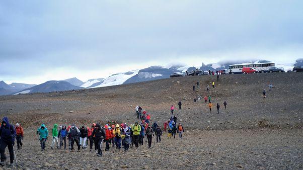 ناشطون بيئيون يتوجهون لموقع نهر أوكجوكول الذي يعتبر أول الأنهار الجليدية التي تذوب تماماً في آيسلندا
