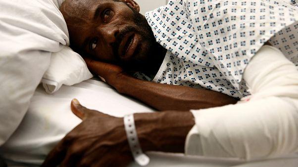الإثيوبي محمد آدم أوجا الناجي الوحيد من محاولة فاشلة للهجرة يتحدث من مستشفى في مالطا 2019/08/17. تدارين زاميت لوبي/رويترز