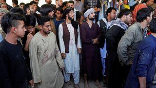 رجال يشيعون جنازة ضحايا هجوم زفاف كابل يوم الأحد. محمد إسماعيل / رويترز