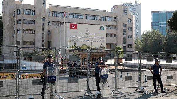 Τούρκοι αστυνομικοί έξω από το δημαρχείο του Ντιγιάρμπακιρ