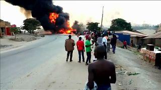 شاحنة وقود تصطدم بثلاث سيارت في أوغندا وتوقع 10 قتلى على الأقل