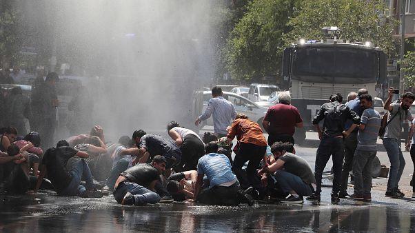Diyarbakır'da belediye başkanının görevden alınması protesto edildi. Polis, tazyikli su kullandı