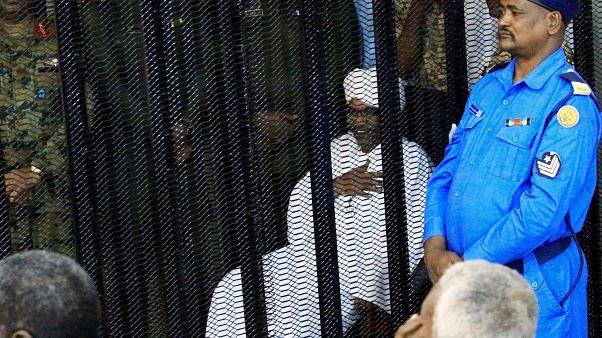 Szudánban megkezdődött a korrupcióval vádolt volt elnök pere