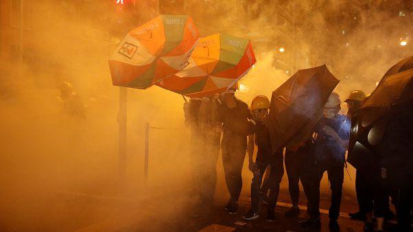 محتجون مؤيدون للديمقراطية يحتمون من الغاز المسيل للدموع بمظلات في هونغ كونغ يوم 28 يوليو تموز 2019 - إدجار سو / رويترز