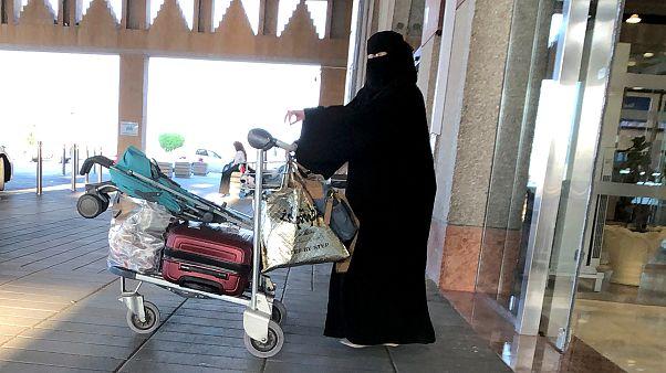 سيدة سعودية تغادر محطة قطارات في الدمام 5 أغسطس آب 2019