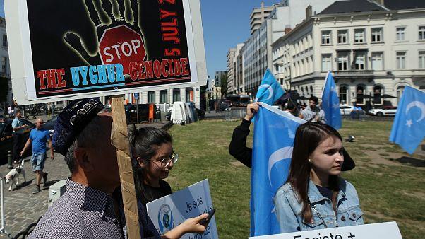 Uygur Türkleri AB kurumları önünde protesto gösterisi yapıyor