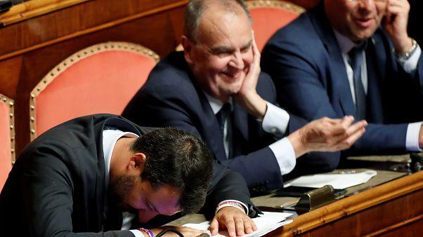 """Crisi governo, Salvini tira fuori il rosario e ci vota alla Madonna. """"Mostraci le stimmate!"""""""