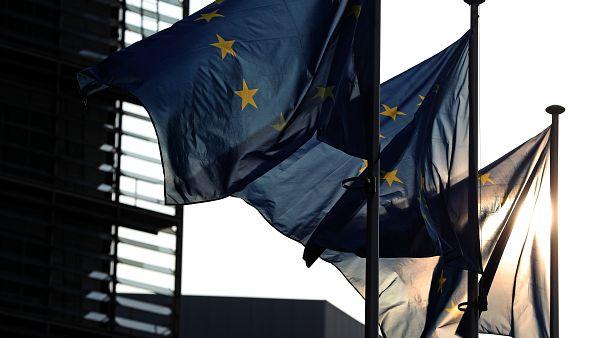 أعلام الاتحاد الأوروبي ترفرف أمام مقر المفوضية الأوروبية في بروكسل