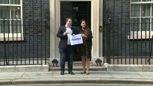 I parlamentari Stephen Doughty e Luciana Berger consegnano una lettera al numero 10 di Downing Street.