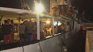 """Nach 19 Tagen: Migranten der """"Open Arms"""" betreten Lampedusa"""