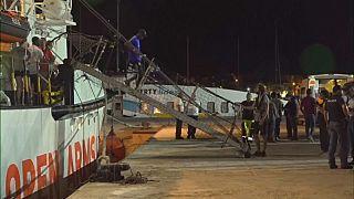 Open Arms, dopo 19 giorni i migranti sbarcano a Lampedusa