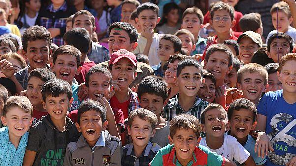 Bir programda gülümseyen Suriyeli çocuklar