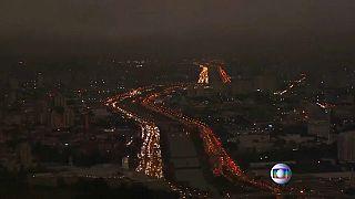 El humo de los incendios del Amazonas oscurece el cielo de Sao Paulo en plena tarde