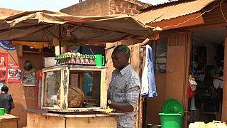 Straßenhändler in Kampala arbeiten im Schichtbetrieb Tag und Nacht