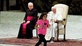 پرسه زدن دختر نوجوان بر روی سن در میانۀ سخنرانی پاپ