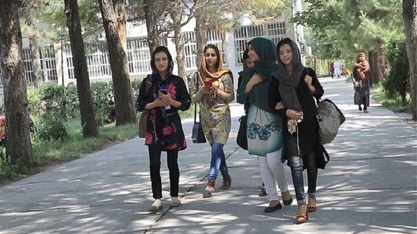 آیا جریانات سیاسی افغانستان از زن ستیزی در فضای سایبری نفع می برند؟