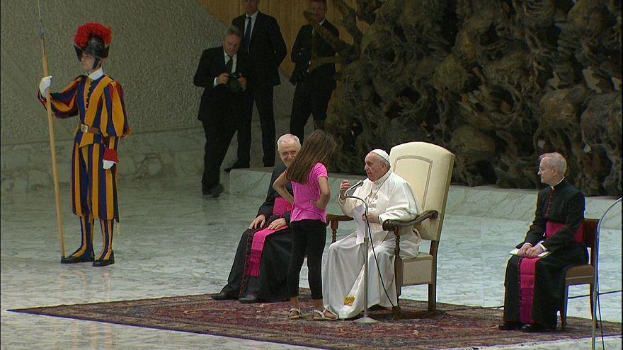 Papa, konuşması sırasında sahneye çıkan kız çocuğunu kırmadı