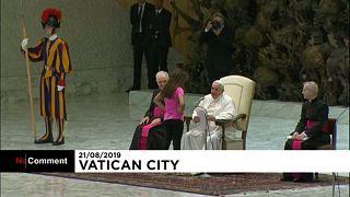 """""""Deixem-na estar"""", diz Francisco depois de uma criança interromper a missa"""