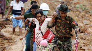 مواطنون يعودون لاستعادة أغراضهم الشخصية في موتاما- أرشيف رويترز