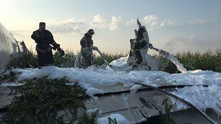 رجال الإطفاء بعد هبوط اضطراري لطائرة قرب موسكو- أرشيف رويترز