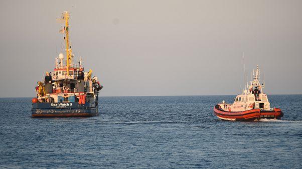 """مركب """"سي ووتش"""" حيث تعمل كليمب وراكيتي مغادراً لامبيدوزا الإيطالية بعد إنزال مهاجرين (أرشيف)"""