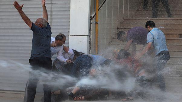Van'da kayyum protestosuna katılan bir göstericinin dövülerek gözaltına alınmasına tepki