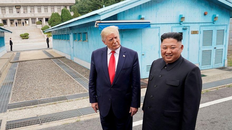 الرئيس الأمريكي دونالد ترامب والزعيم الكوري كيم جونغ أون خلال لقائهما في المنطقة منزوعة السلاح في حزيران الماضي (أرشيف)