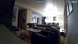 شاهد: دب جائع يتسلل إلى منزل في كاليفورنيا ويفتح الثلاجة بحثا عن وجبة