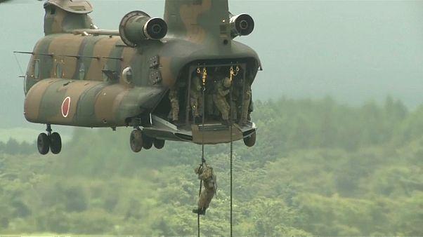 عسكريون يابانيون يقومون بإنزال من مروحية عسكرية من طراز شينوك