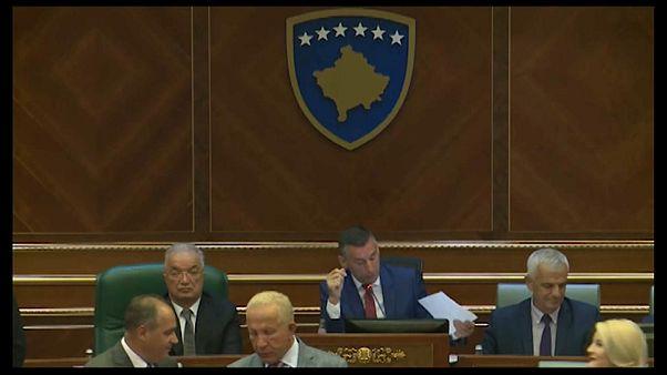 رئيس مجلس نواب كوسوفو معلناً نتيجة التصويت التي أدت إلى حل البرلمان