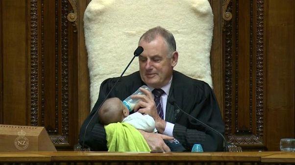 Neuseelands Parlamentspräsident als Babysitter: Während der Debatte füttert er ein Baby