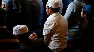Müslümanlar camide namaz kılıyor