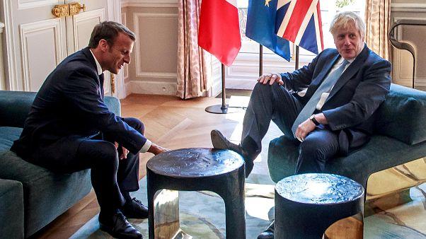 İngiliz Başbakan Johnson, Macron'la görüşürken sehpaya ayak uzattı