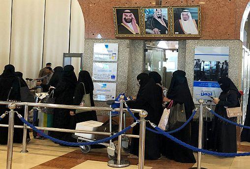 سعوديات ينتظرن سفرهن في الدمام- أرشيف رويترز