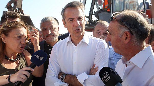 Ο πρωθυπουργός Κυριάκος Μητσοτάκης κατά τη επίσκεψη του στο Μάτι