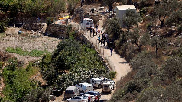 سيارات شرطة وإسعاف قرب مستوطنة دوليف بالضفة الغربية