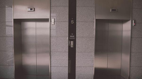 Ex-Staatsanwalt küsst 8-Jährige im Aufzug