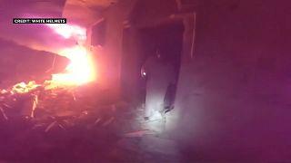 شاهد: الخوذ البيضاء تنقذ عائلات من مبنى استهدفه قصف في معرة النعمان