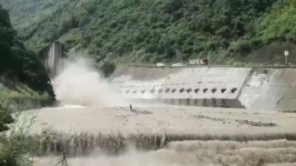 شاهد: إنقاذ عجوز عالق وسط تيار مائي عنيف باستخدام رافعة في سيتشوان الصينية