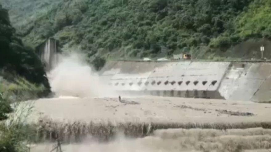 عملیات دشوار نجات سیلزدگان در چین