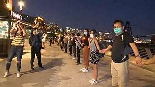 Hong Konglular demokrasi için el ele tutuşarak 40 kilometrelik insan zinciri oluşturdu