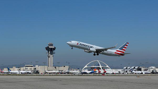 طائرة تابعة للخطوط الجوية الأميركية في مطار لوس أنجلس